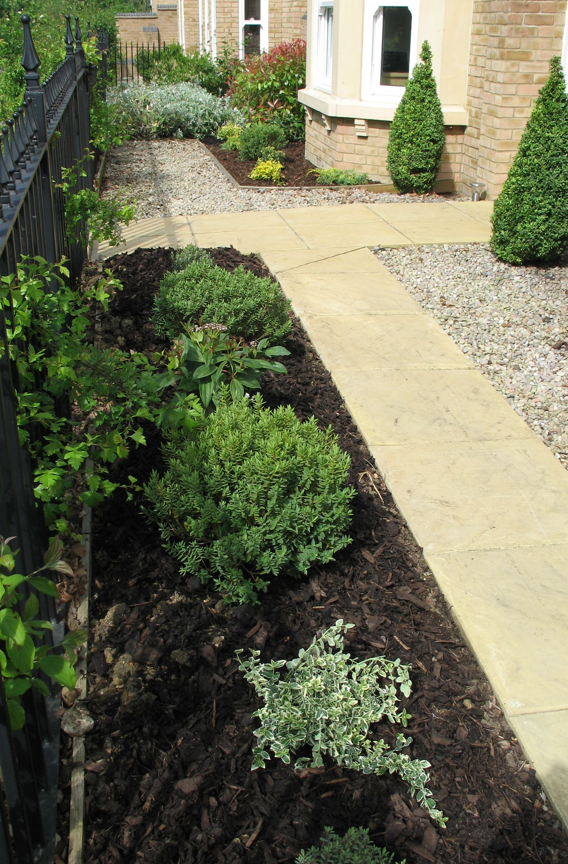 Easy plants for a front garden karen tizzard garden design for Simple low maintenance gardens